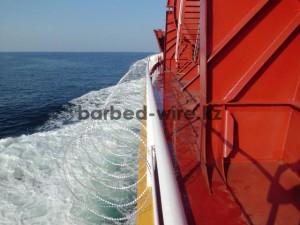 Защита морских судов с помощью колючей проволоки