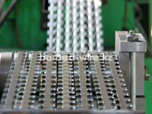 Колючая лента изготавливается путём штамповки из рулонной стали